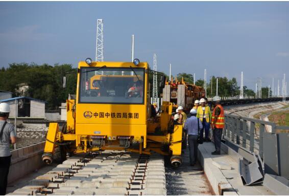 中铁四局研发的铁路双功能牵引车在杭黄铁路成功试铺