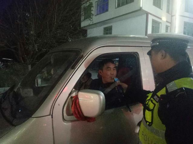 平塘县公安局交警大队开展夜间集中整治行动