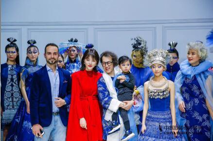 杨锐骁亮相中国国际时装周 T台走秀酷范儿尽显