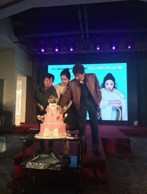 冯璧晴生日会在京举办 父母惊喜到场全国粉丝齐聚一堂