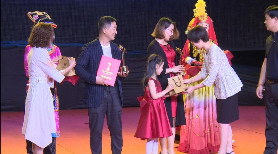 白血病妈妈徐亚飞亮相爱之链电影奖颁奖礼