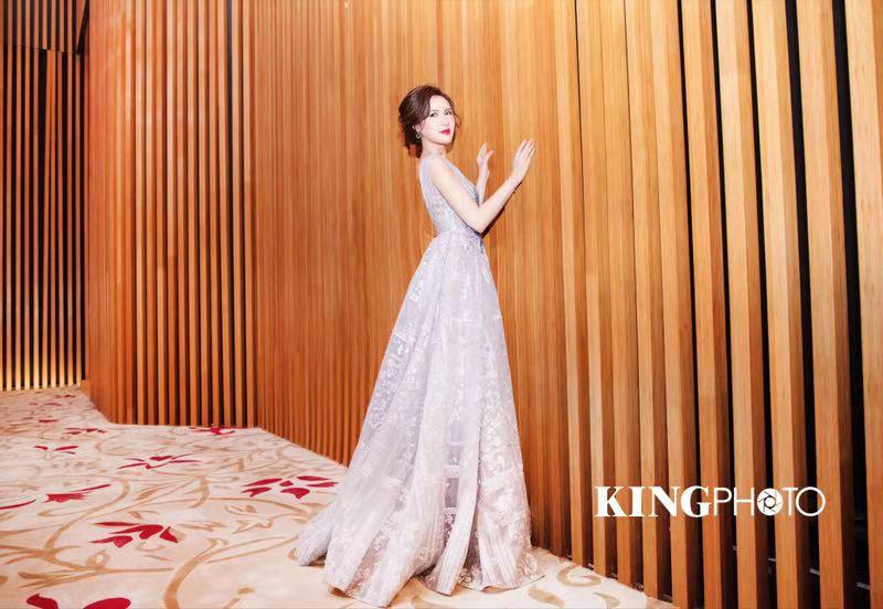 演员温晓平搭档华少主持  银色礼服尽显优雅格调