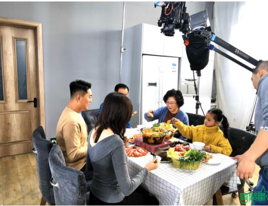 喜聚星旗下签约艺人崔晨曦受邀参与康宁梦幻紫罗兰微晶炉广告拍摄