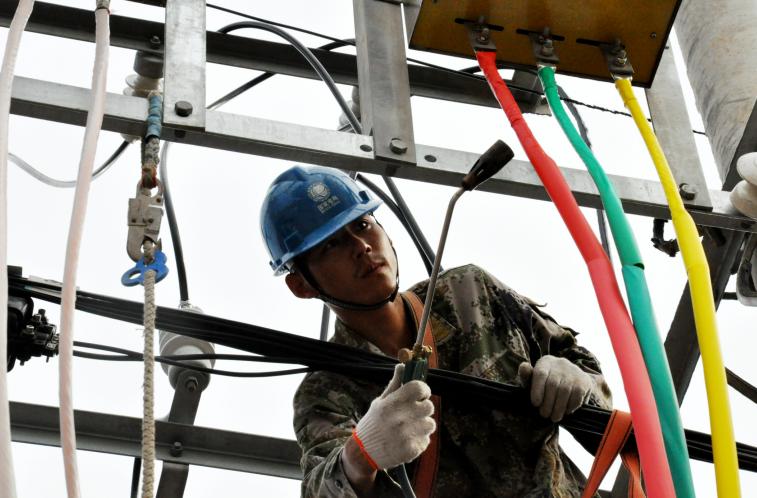 射阳县供电公司:清晨新增配电变压器保障群众清凉度夏