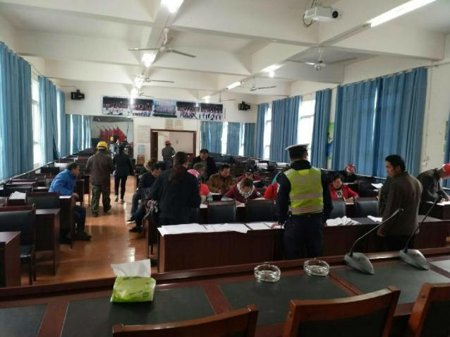 平塘县公安局交警大队车管所下乡开展便民利民服务活动