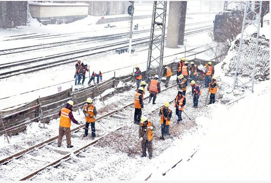 风雪无阻:中铁四局蒙华铁路铺架二工区员工战风雪保施工
