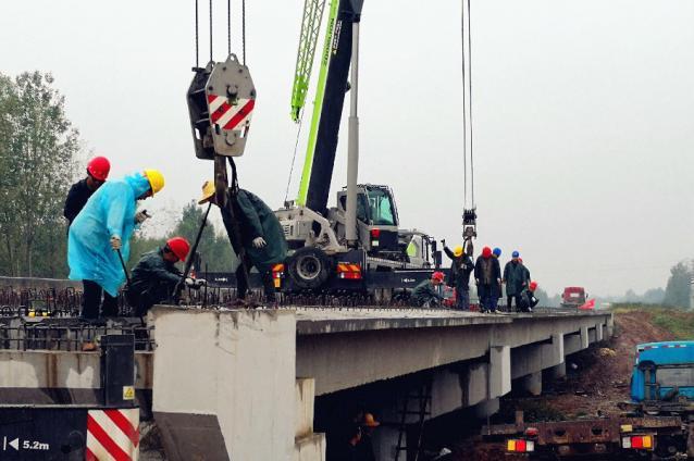 中铁十局西北公司汝州G344项目荆河大桥右幅空心板梁架设完成